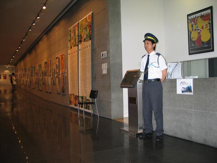 security-guard-museum-entra