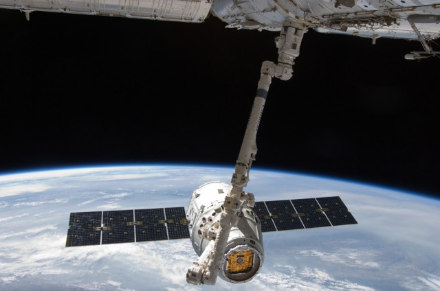 spacex-dragon-capsule-grabbed-by-iss-canadarm-640x424
