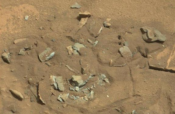 mars-thigh-bone-illusion-curiosity-photo